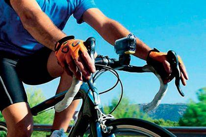 велосипедист за рулем