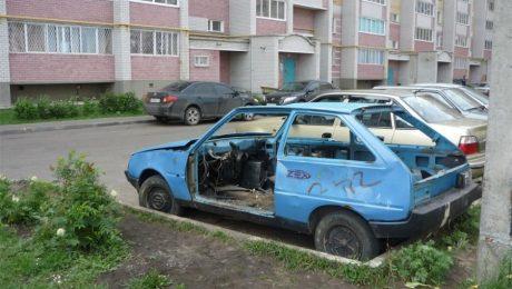 брошенная машина во дворе