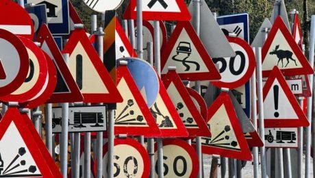 маленький дорожный знак