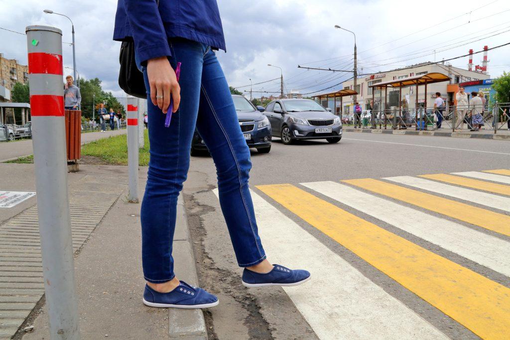 пешеходы на дороге